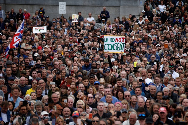 Hàng nghìn người Anh biểu tình phản đối biện pháp chống dịch Covid-19 - 1