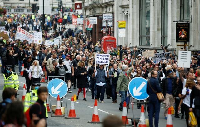 Hàng nghìn người Anh biểu tình phản đối biện pháp chống dịch Covid-19 - 10