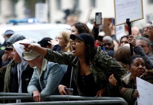 Hàng nghìn người Anh biểu tình phản đối biện pháp chống dịch Covid-19 - 11
