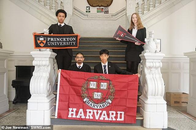 Anh: 4 học sinh nhà nghèo nhận tổng học bổng 1 triệu bảng vào ĐH Ivy League - 1
