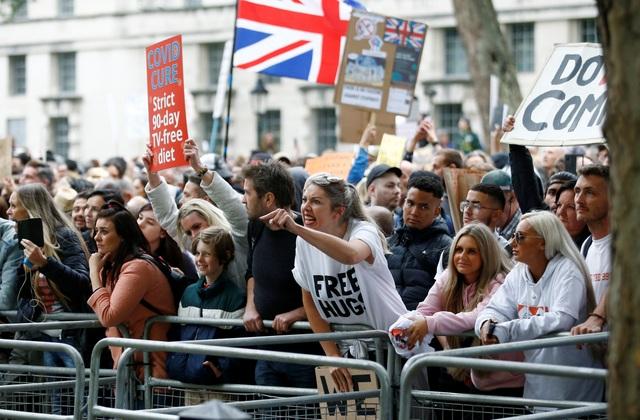 Hàng nghìn người Anh biểu tình phản đối biện pháp chống dịch Covid-19 - 5