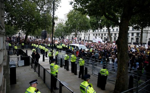 Hàng nghìn người Anh biểu tình phản đối biện pháp chống dịch Covid-19 - 8