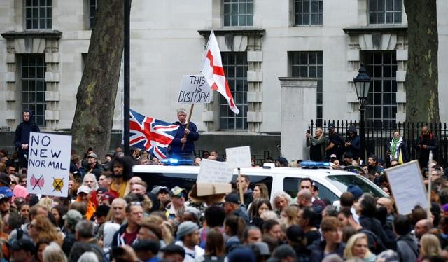 Hàng nghìn người Anh biểu tình phản đối biện pháp chống dịch Covid-19 - 9