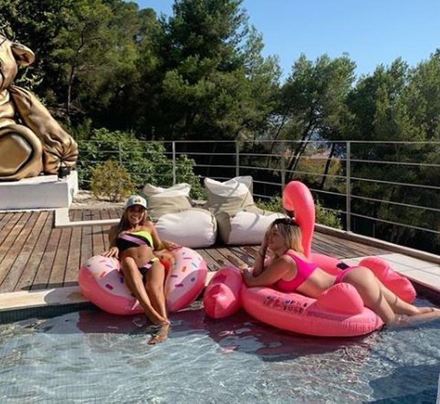 Cận cảnh kỳ nghỉ hè sang chảnh của Icardi và bà xã xinh đẹp - 2