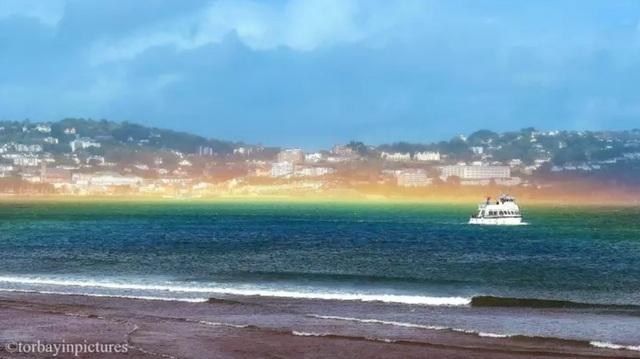 Cầu vồng phẳng cực kỳ hiếm gặp đã xuất hiện sau cơn bão Francis ở Devon