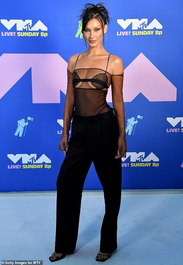 Siêu mẫu Bella Hadid mặc áo xuyên thấu dự lễ trao giải VMA - 1