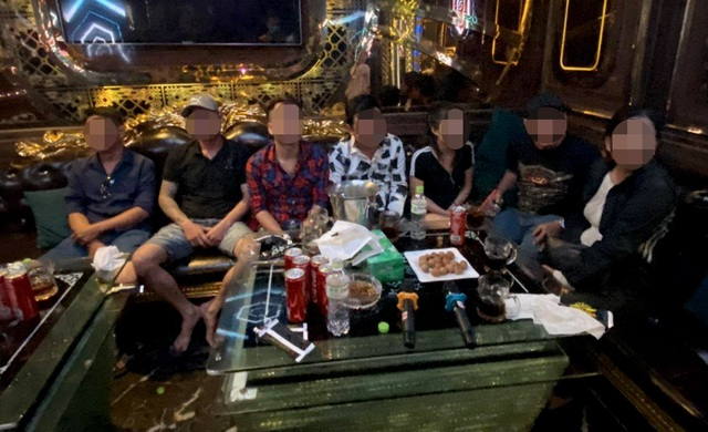 TPHCM: 20 nam nữ dương tính ma túy trong quán karaoke - 1