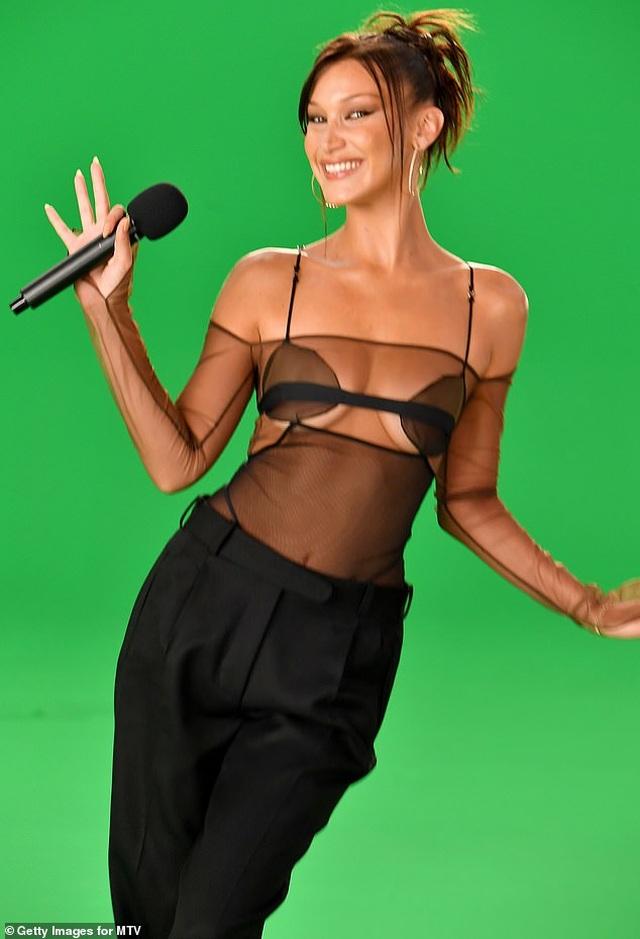 Siêu mẫu Bella Hadid mặc áo xuyên thấu dự lễ trao giải VMA - 3