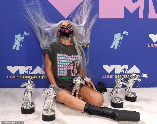 Siêu mẫu Bella Hadid mặc áo xuyên thấu dự lễ trao giải VMA - 5