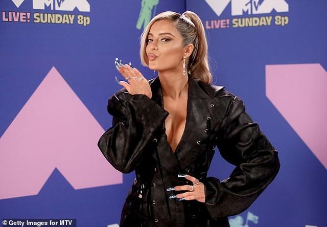 Miley Cyrus mặc sốc dự lễ trao giải VMA - 7