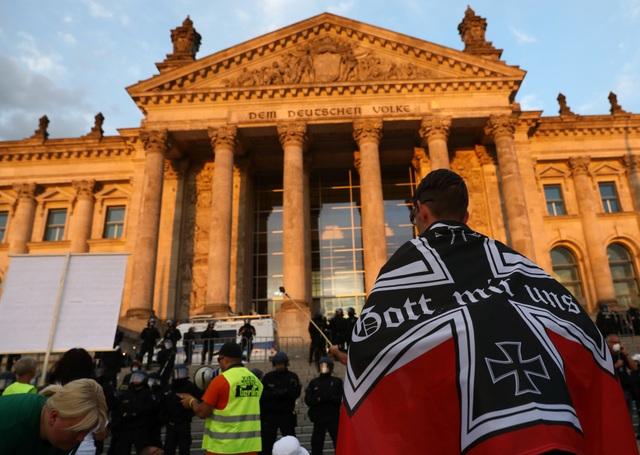Người biểu tình Đức lao vào tòa nhà quốc hội phản đối biện pháp phòng dịch - 1