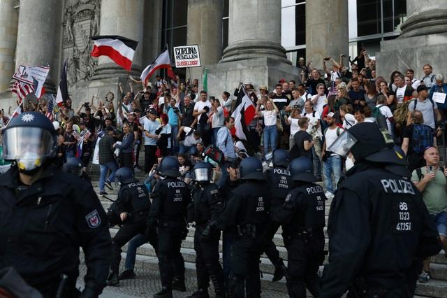 Người biểu tình Đức lao vào tòa nhà quốc hội phản đối biện pháp phòng dịch - 4