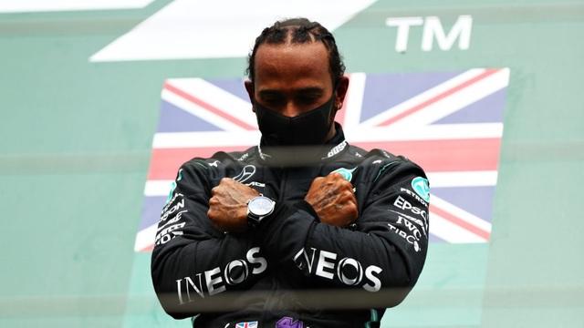 Hamilton thắng nhạt nhẽo trong chặng đua của sự cố và tai nạn - 13
