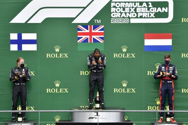 Hamilton thắng nhạt nhẽo trong chặng đua của sự cố và tai nạn - 12