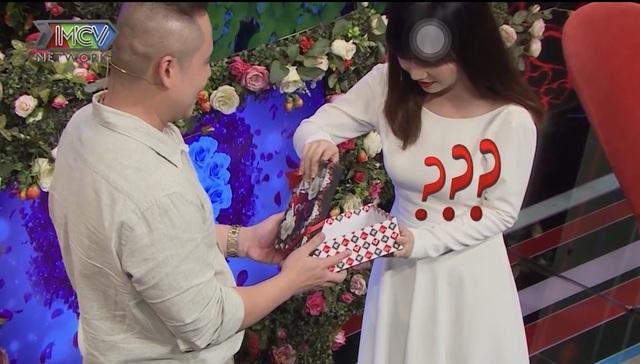 Chàng trai tặng hộp quà rỗng cho bạn gái lần đầu hẹn hò - 2