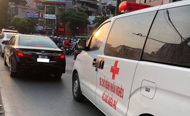 Ông Đoàn Ngọc Hải cùng xe chở miễn phí bệnh nhân nghèo ra tới Hà Nội - 4