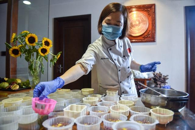 Chạy đua 24h để hoàn thành 200 chiếc bánh tặng y bác sĩ dịp Quốc khánh - 9