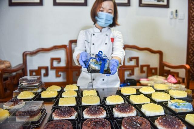 Chạy đua 24h để hoàn thành 200 chiếc bánh tặng y bác sĩ dịp Quốc khánh - 12