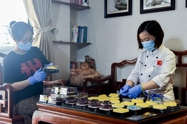 Chạy đua 24h để hoàn thành 200 chiếc bánh tặng y bác sĩ dịp Quốc khánh - 11