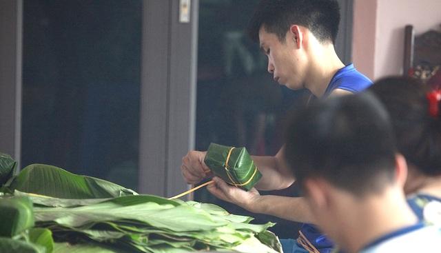 Người làm bánh chưng xanh thành Vinh tất bật dịp Rằm tháng 7 - 7