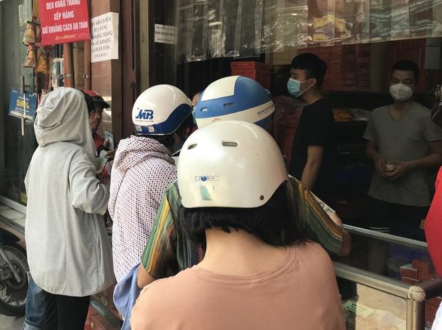 Dân Thủ đô như về thời bao cấp: Xếp hàng, chờ tới lượt mua bánh cúng rằm - 3