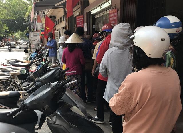 Dân buôn kiếm bộn tiền với dịch vụ xách tay bánh trung thu - 2