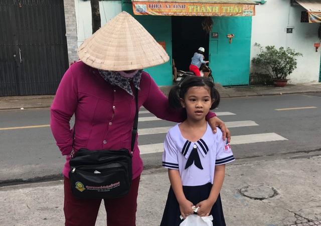 Người mẹ một bàn tay, mang theo tập vé số dắt con đi tựu trường - 1