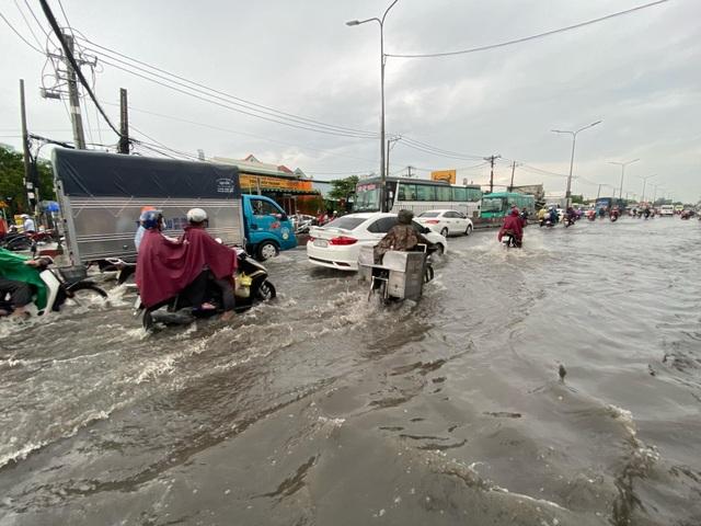 TPHCM: Mưa ngập gây kẹt xe kéo dài ở cửa ngõ về miền Tây - 4