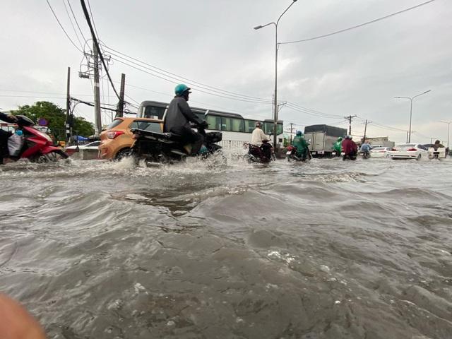 TPHCM: Mưa ngập gây kẹt xe kéo dài ở cửa ngõ về miền Tây - 1