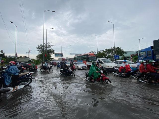 TPHCM: Mưa ngập gây kẹt xe kéo dài ở cửa ngõ về miền Tây - 5