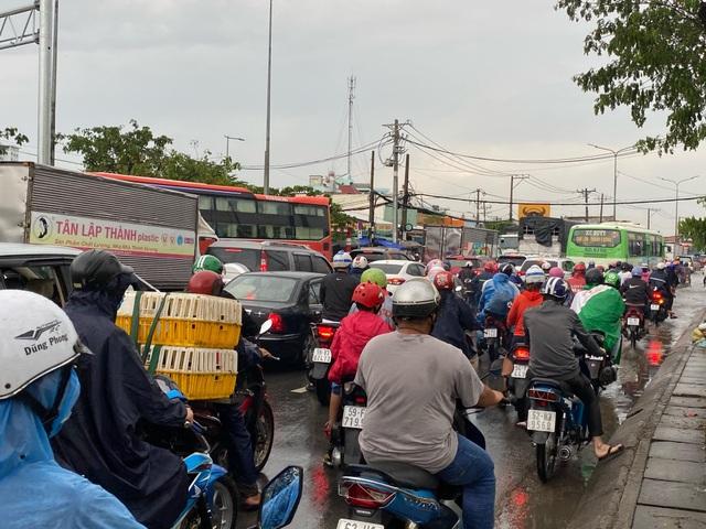 TPHCM: Mưa ngập gây kẹt xe kéo dài ở cửa ngõ về miền Tây - 2