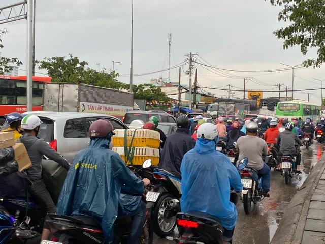 TPHCM: Mưa ngập gây kẹt xe kéo dài ở cửa ngõ về miền Tây - 6