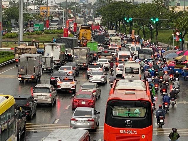 TPHCM: Mưa ngập gây kẹt xe kéo dài ở cửa ngõ về miền Tây - 7