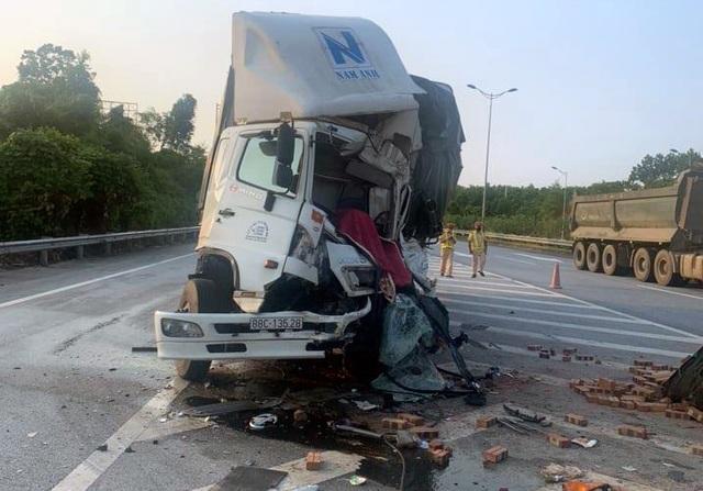 """Hai ô tô tải """"cắn đuôi"""" nhau trên cao tốc Nội Bài - Lào Cai, 1 người chết - 1"""
