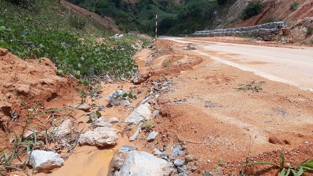 Kinh hãi đoạn đường hơn 500 tỷ đồng tiềm ẩn nguy hiểm trước mùa mưa bão - 8