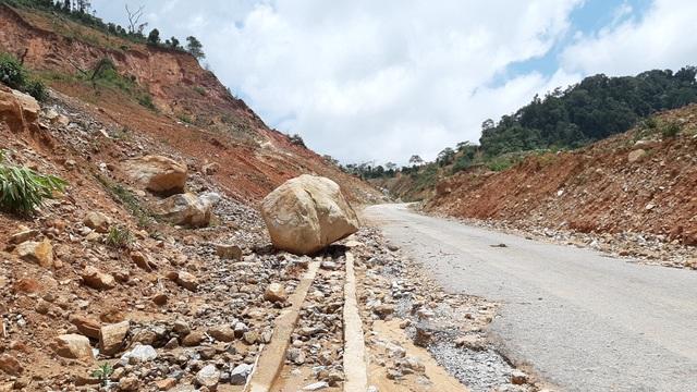 Kinh hãi đoạn đường hơn 500 tỷ đồng tiềm ẩn nguy hiểm trước mùa mưa bão - 1