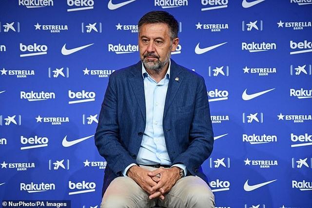 Bố Lionel Messi bị vây kín khi tới Barcelona - 8