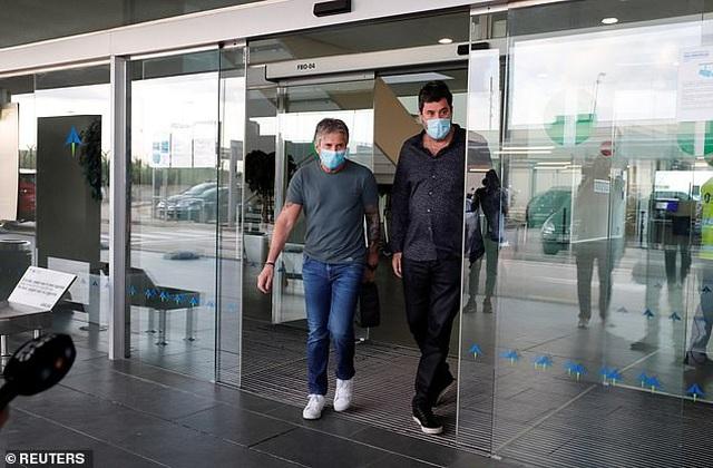 Bố Lionel Messi bị vây kín khi tới Barcelona - 3