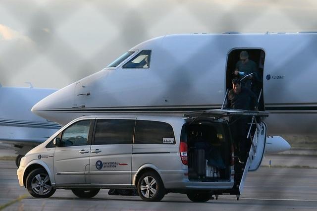 Bố Lionel Messi bị vây kín khi tới Barcelona - 1