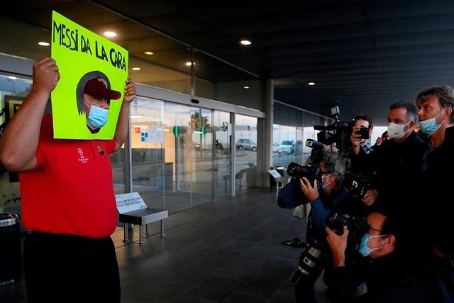 Bố Lionel Messi bị vây kín khi tới Barcelona - 7