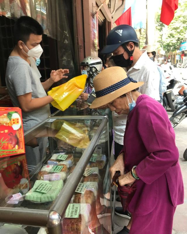 Dân Thủ đô như về thời bao cấp: Xếp hàng, chờ tới lượt mua bánh cúng rằm - 4