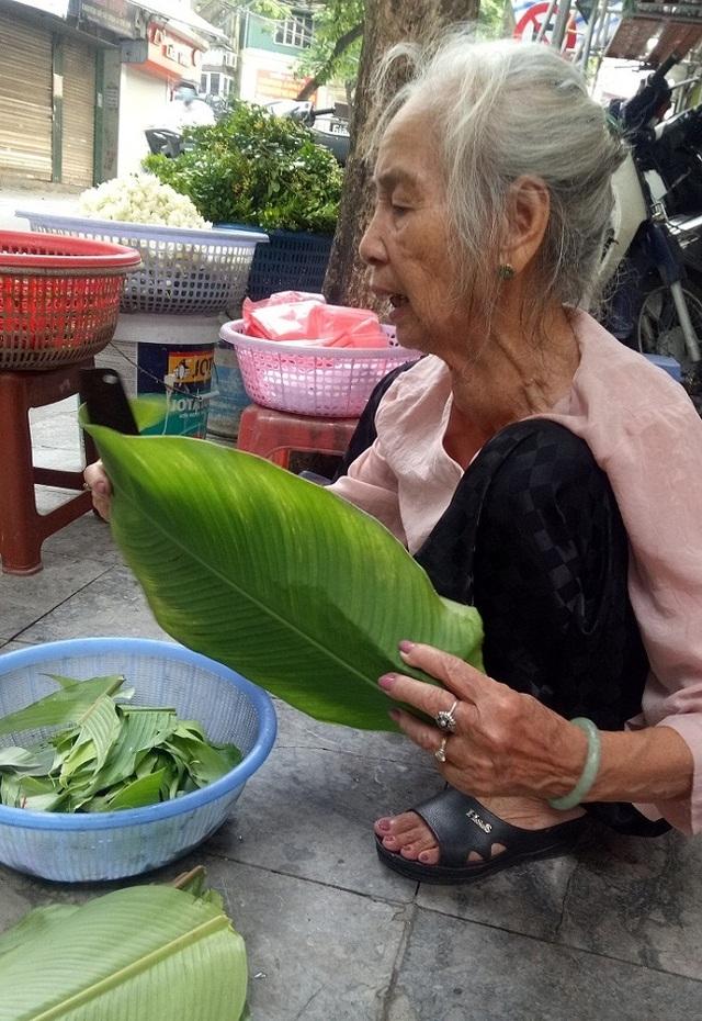 Cụ bà phố cổ Hà Nội và 70 năm gắn bó với nghề hoa lễ - 1