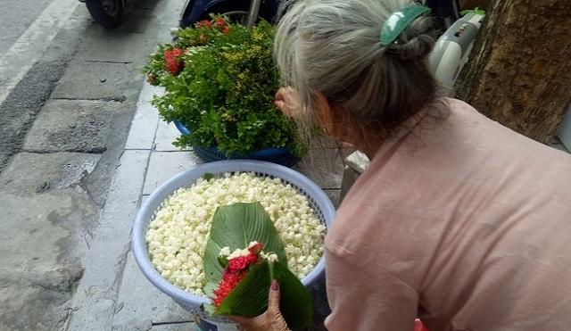 Cụ bà phố cổ Hà Nội và 70 năm gắn bó với nghề hoa lễ - 2