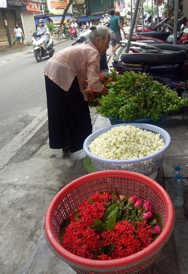 Cụ bà phố cổ Hà Nội và 70 năm gắn bó với nghề hoa lễ - 3