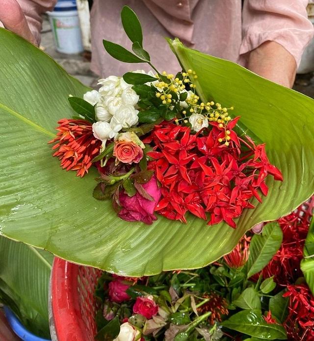 Cụ bà phố cổ Hà Nội và 70 năm gắn bó với nghề hoa lễ - 4