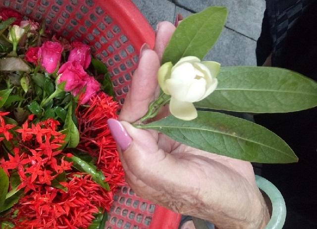 Cụ bà phố cổ Hà Nội và 70 năm gắn bó với nghề hoa lễ - 5