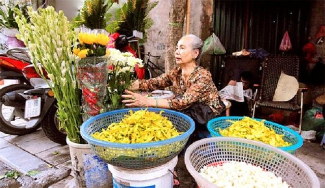Cụ bà phố cổ Hà Nội và 70 năm gắn bó với nghề hoa lễ - 7