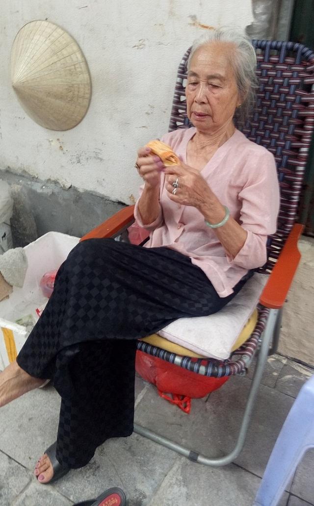 Cụ bà phố cổ Hà Nội và 70 năm gắn bó với nghề hoa lễ - 9