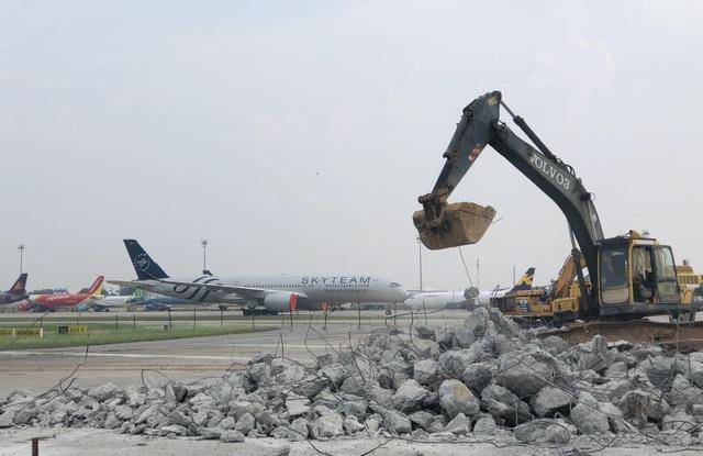 """Hơn 1.400 người, 200 máy móc thi công dự án hàng không theo """"lệnh"""" khẩn cấp - 16"""