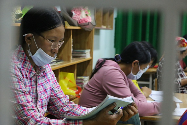 Mẹ 68 tuổi đi học xóa mù chữ cùng hai con gái - 5